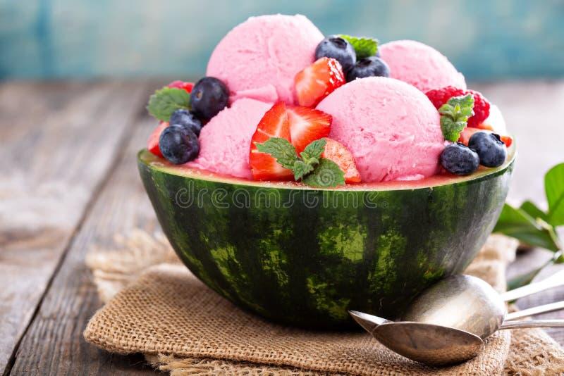 Мороженое ягоды в шаре арбуза стоковые изображения rf