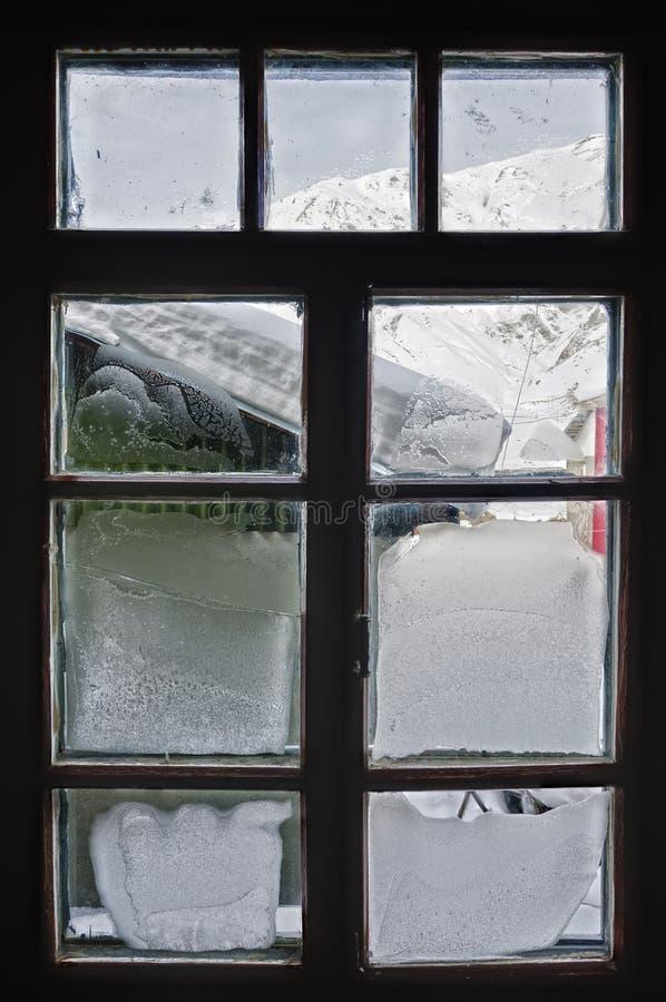 Морозное окно. От внутренности смотря вне стоковые фото