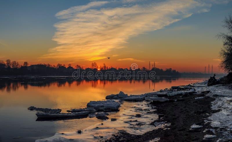 Морозный рассвет в марте на банках реки Neva в Санкт-Петербурге стоковая фотография rf