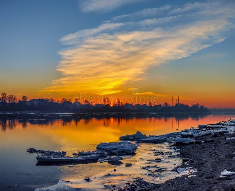 Морозный рассвет в марте на банках реки Neva в Санкт-Петербурге стоковое фото rf