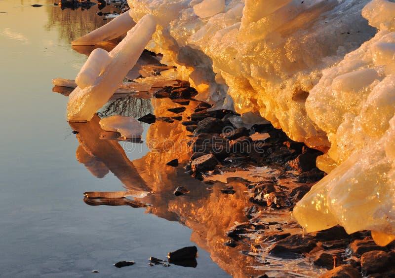 Морозный рассвет в марте на банках реки Neva стоковое изображение