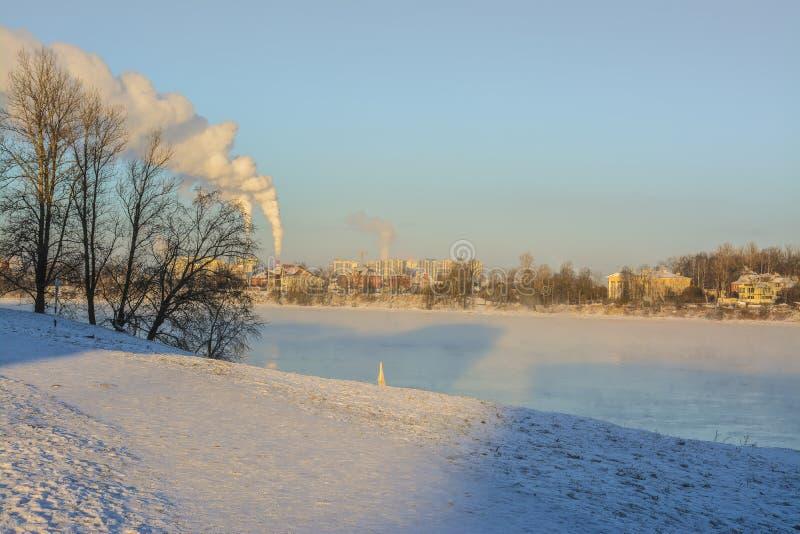 Морозный солнечный день в январе на банках реки Neva стоковая фотография rf