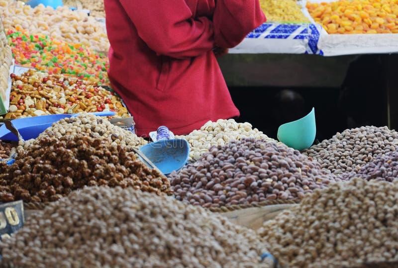 Морокканские гайки и высушенные плодоовощи ходят по магазинам в рынке souk старом стоковая фотография