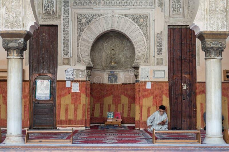 Морокканские мусульмане прочитали книгу в мечети стоковое изображение rf
