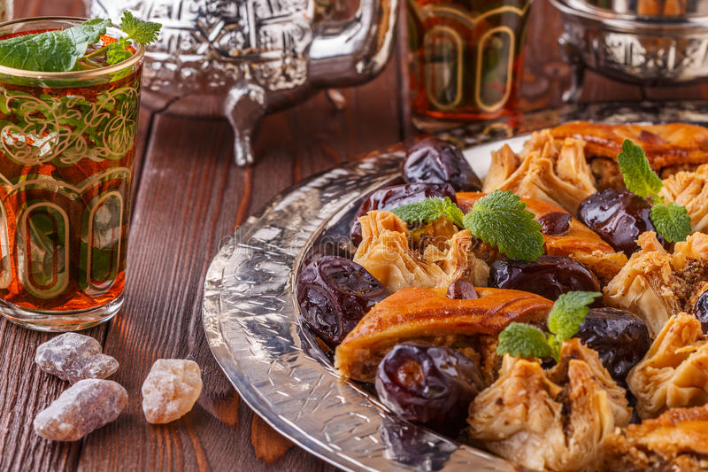 Морокканский чай мяты в традиционных стеклах с помадками стоковые изображения