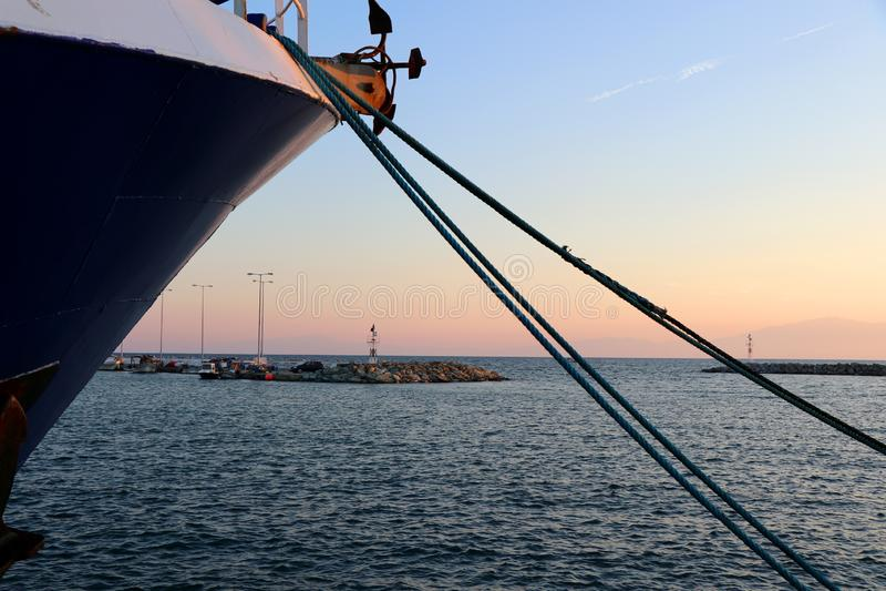 Морская веревочка причаленная на порте Предпосылка маяка в заходе солнца стоковые изображения rf