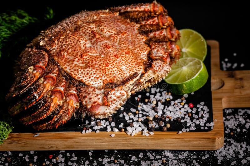 Морская деликатность Вкусный краб с лаймом на деревянном столе Вертикальный выстрел Закрыть стоковые фото