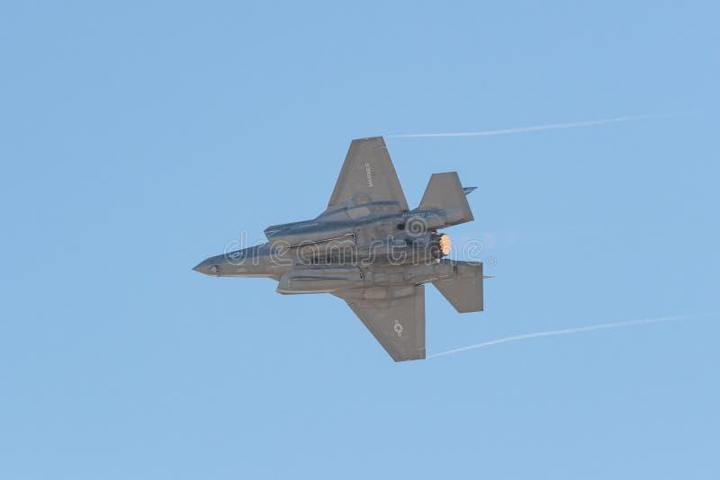 Морская пехот США молнии Lockheed Martin F-35B выполняя на th стоковые изображения rf