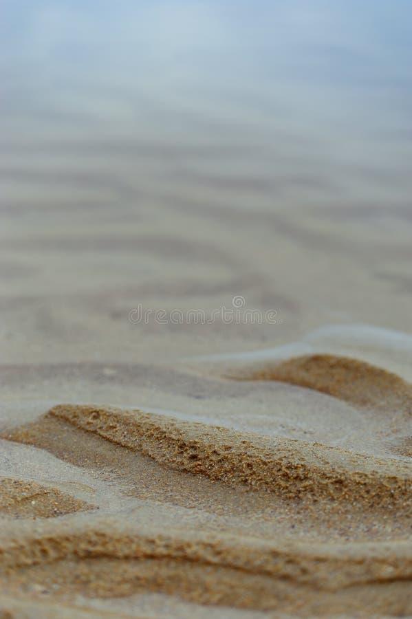 Морская предпосылка: пульсации песка и исчезая закоптелой сини s стоковая фотография rf