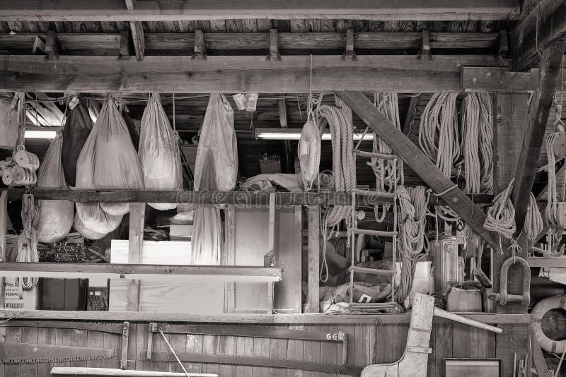 Морская шестерня в магазине построителей шлюпки стоковое фото rf