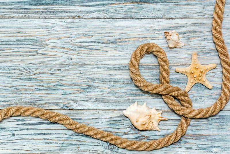 Морские веревочка и морские звёзды на белых досках стоковое изображение rf