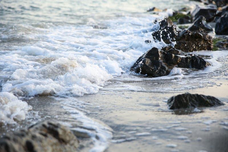 Морские волны, разбивающиеся на камни с расколом стоковые фото