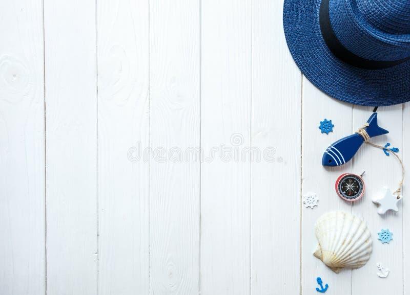 Морские детали на деревянной предпосылке Объекты моря: соломенная шляпа, купальник, рыба, раковины Плоское положение, космос экзе стоковое фото rf