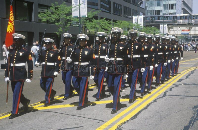 Морские пехотинцы маршируя в парад армии Соединенных Штатов, Чикаго, Иллинойс стоковые изображения