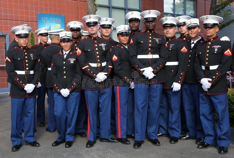 Морские пехотинцы Соединенных Штатов на короле Национальн Теннисе Центре Билли Джина перед развертывать американский флаг прежние стоковое фото