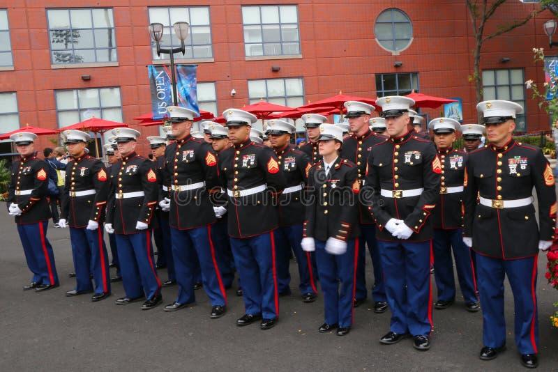 Морские пехотинцы Соединенных Штатов на короле Национальн Теннисе Центре Билли Джина перед развертывать американский флаг прежние стоковое фото rf