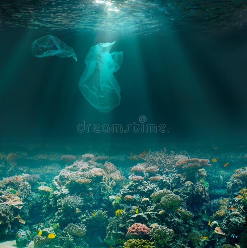 Морское дно подводное с полиэтиленовыми пакетами Проблема загрязнения окружающей среды экологическая стоковое фото rf