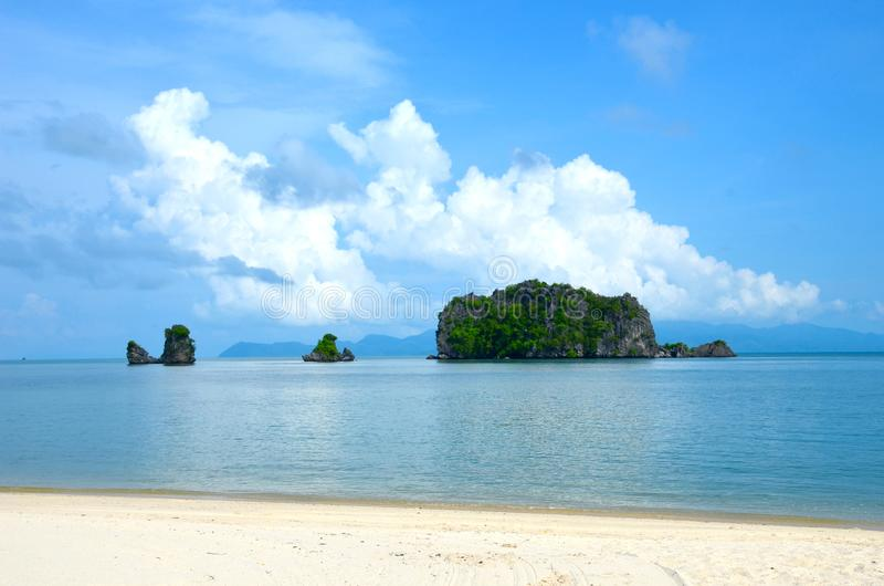 Морское побережье Andaman на острове Langkawi, Малайзии Небольшое зеленое isla стоковое фото rf