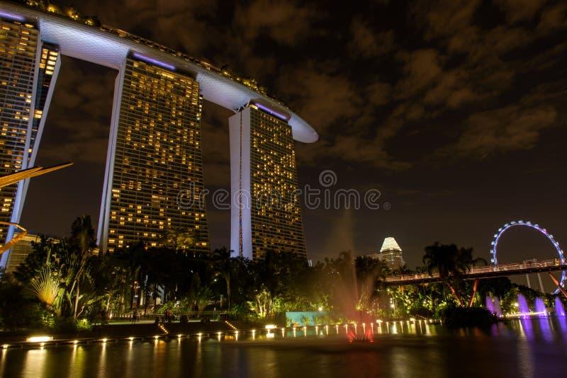Морской залив около садов заливом Взгляд ночи светлого шоу дерева в Сингапуре стоковые изображения
