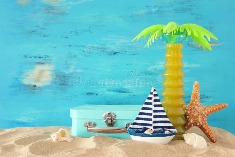Морской, каникул и изображение перемещения с объектами стиля морской жизни в песке пляжа стоковое изображение rf