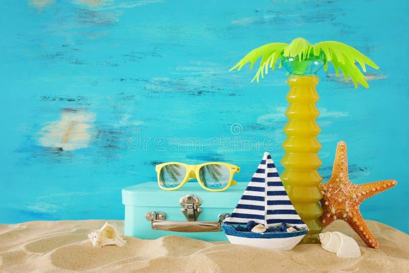 Морской, каникул и изображение перемещения с объектами стиля морской жизни в песке пляжа стоковая фотография