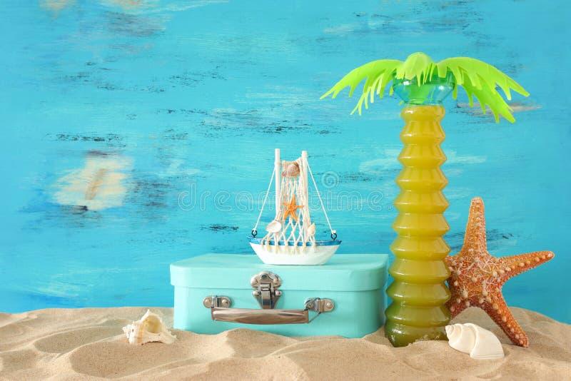 Морской, каникул и изображение перемещения с объектами стиля морской жизни в песке пляжа стоковые изображения rf