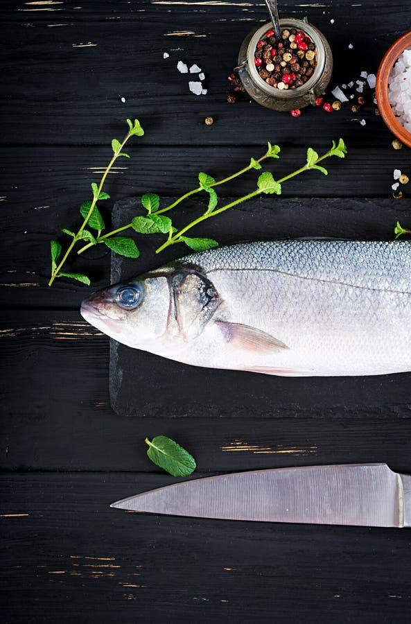 Морской окунь на классн классном шифера Ингредиенты для варить, испеченный гриль, стоковые фото