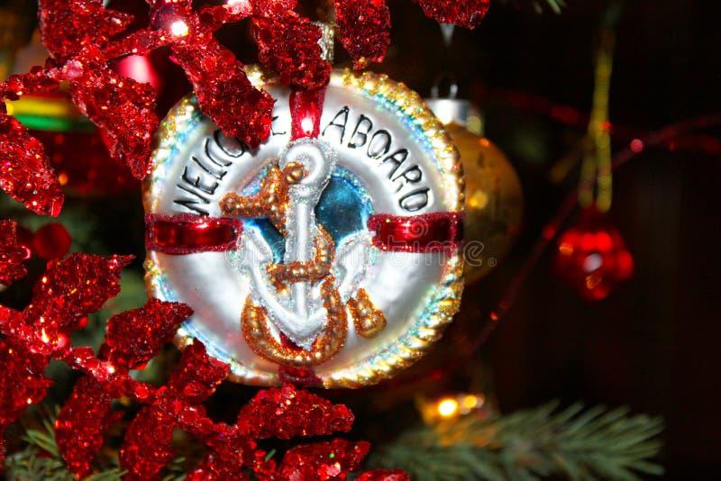 Морской орнамент рождества с анкером который говорит гостеприимсво на борту на дереве Chistmas стоковая фотография