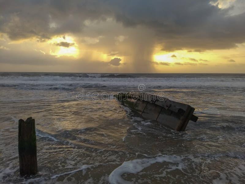 Морской пейзаж: дождь на внешних банках Горизонта стоковое фото rf