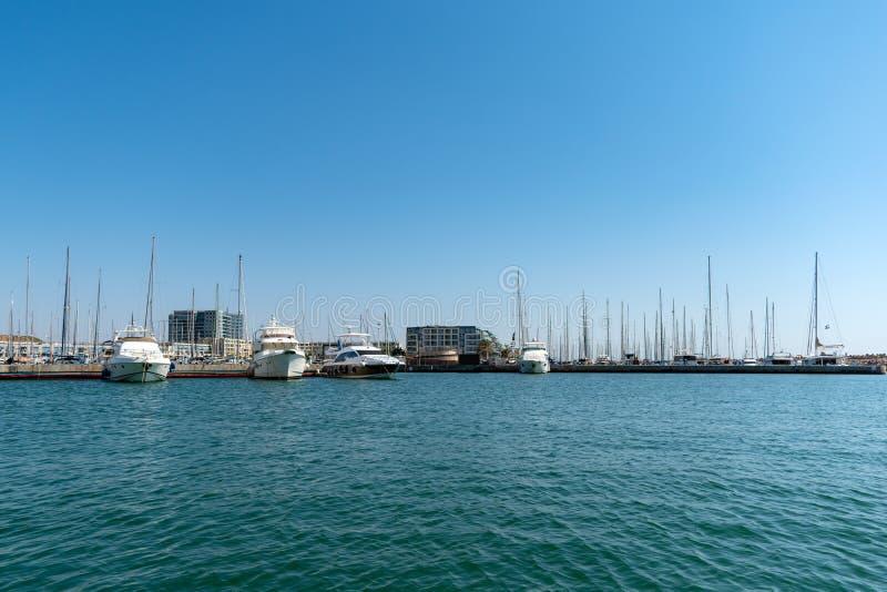 Морской порт, множество красивых швартованных яхт в морском порту стоковое изображение rf