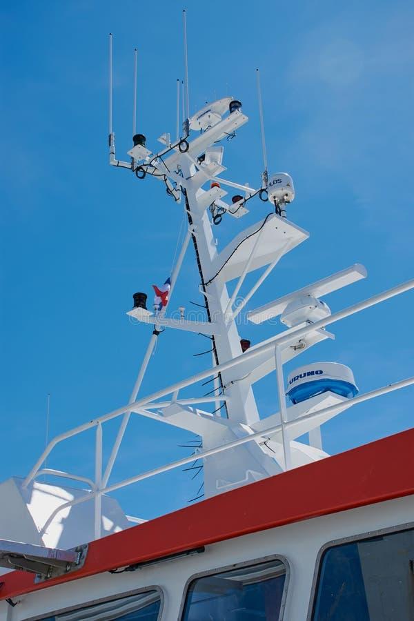 Морской радиолокатор против голубого неба, вертикального изображения цвета стоковая фотография rf