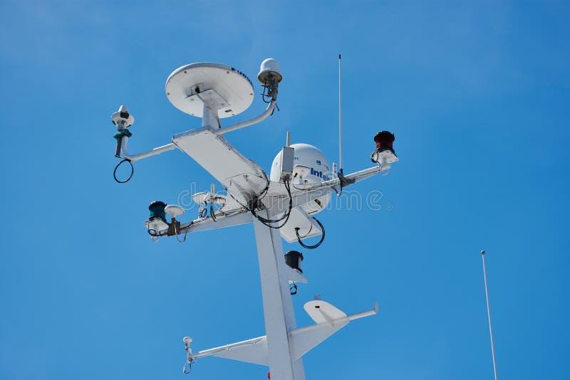 Морской радиолокатор против голубого неба стоковое изображение