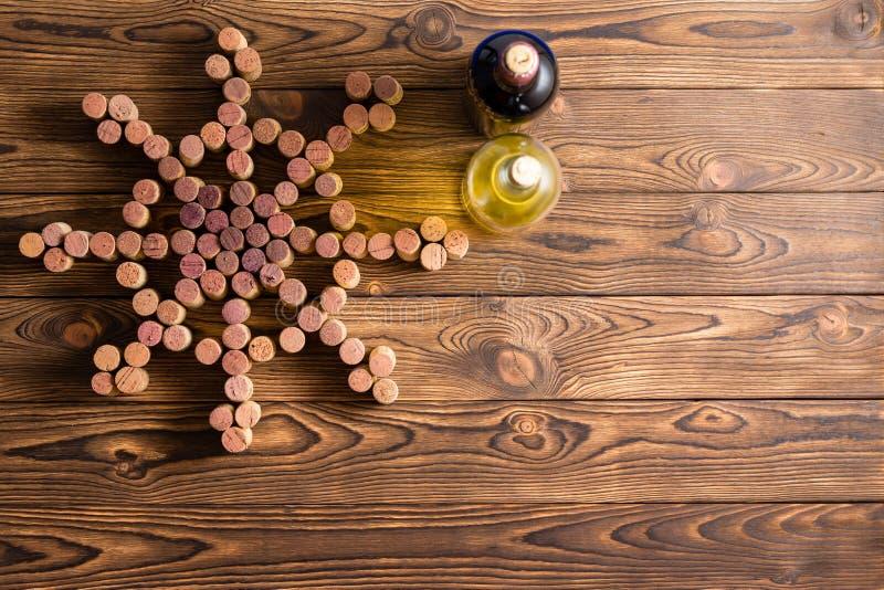 Морской тематический дисплей вина на древесине стоковое изображение