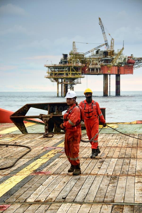 Морской экипаж вытягивая провод для деятельности анкера регулируя стоковое изображение rf