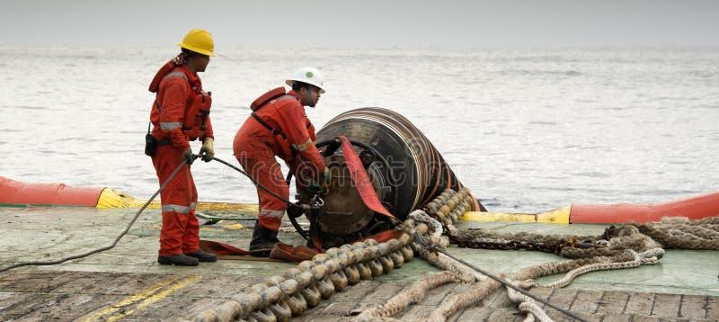 Морской экипаж делая деятельность соединения шланга стоковое фото rf