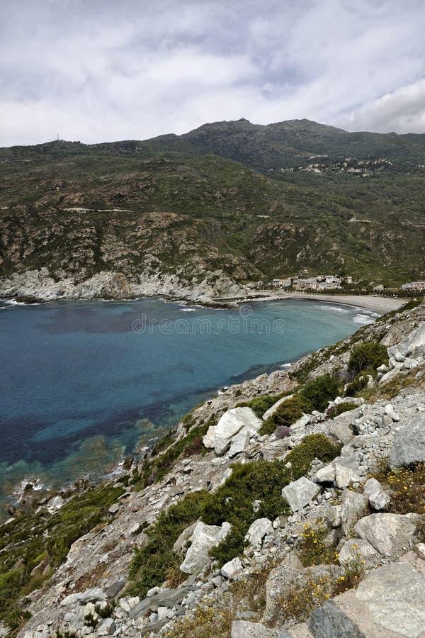 Морск de Giottani, крышка Corse, пляж гравия на западном побережье с маленькой гаванью и малой гостиницой, Корсикой, Францией стоковая фотография rf