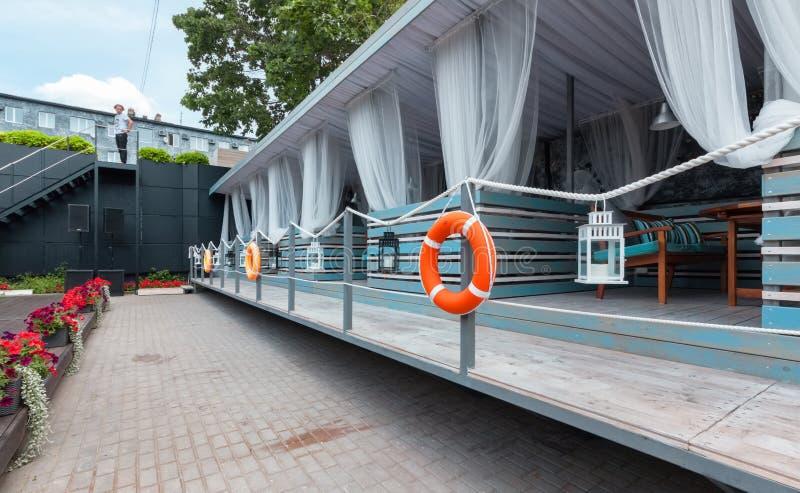 МОСКВА - ИЮЛЬ 2014: Интерьер ресторана стильной среднеземноморской кухни итальянского - стоковое изображение rf