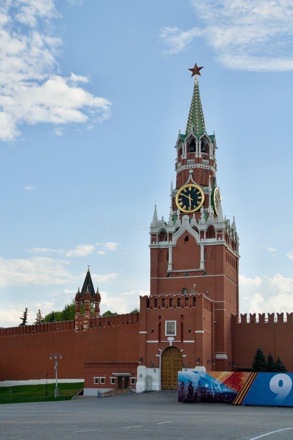 Москва, Кремль, башня Spasskaya с одним из Кремля играет главные роли на верхней части стоковые фотографии rf