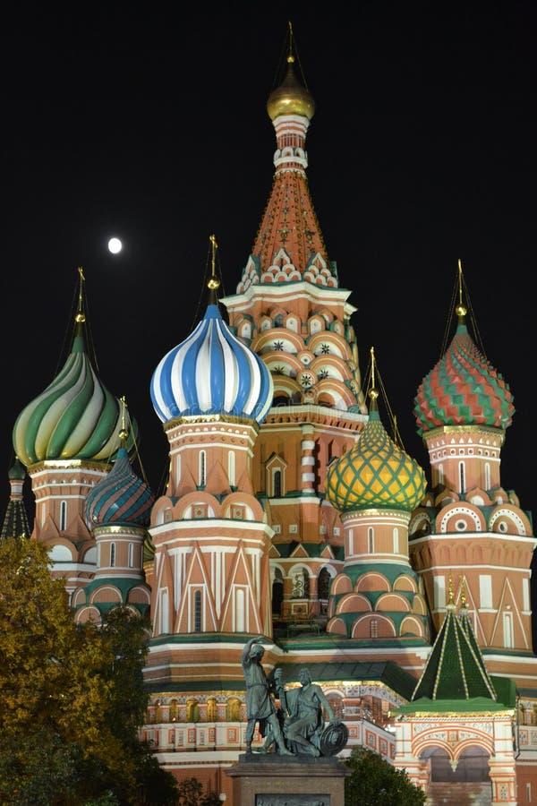 Москва к ноча: Собор базиликов Святого стоковое фото rf