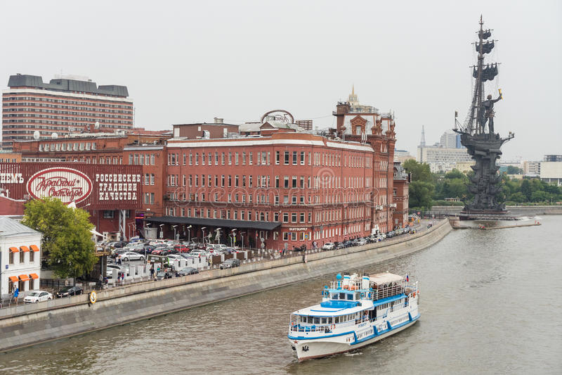 МОСКВА - 21-ОЕ АВГУСТА 2016: Река и шлюпка около Кремля 21-ого августа 2016 в Москве, России стоковое изображение rf