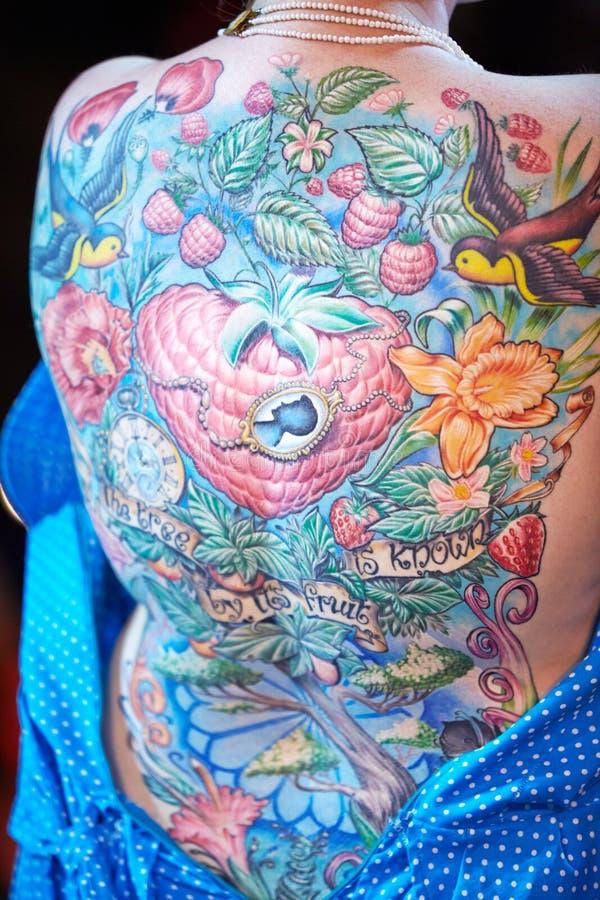 Татуированная задняя часть женщины на конвенции 2012 татуировки v Москвы международной стоковая фотография rf