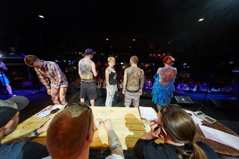 Участники демонстрируют татуировки к присяжному стоковое изображение rf