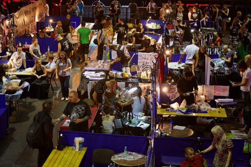 Участники и посетители во время конвенции 2012 татуировки v Москвы международной стоковое фото rf