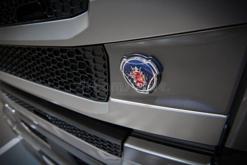 МОСКВА, 5-ОЕ СЕНТЯБРЯ 2017: Взгляд на сером радиаторе клобука тележки с Scania перевозит логотип на грузовиках Красный голубой ло стоковая фотография rf