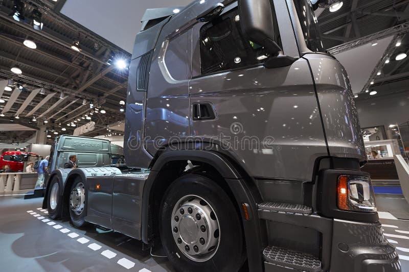 МОСКВА, 5-ОЕ СЕНТЯБРЯ 2017: Взгляд на экспонате Scania тележки цапфы серого цвета 3 на выставке ComTrans-2017 коммерчески переход стоковое фото rf