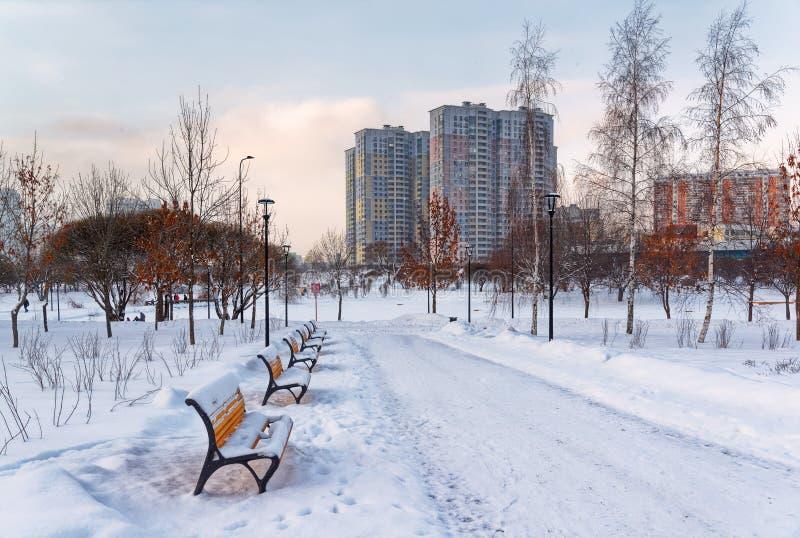 Москва, район Butovo, новое здание, взгляд от окна в территорию около дома, новые дома, здание стоковое изображение rf