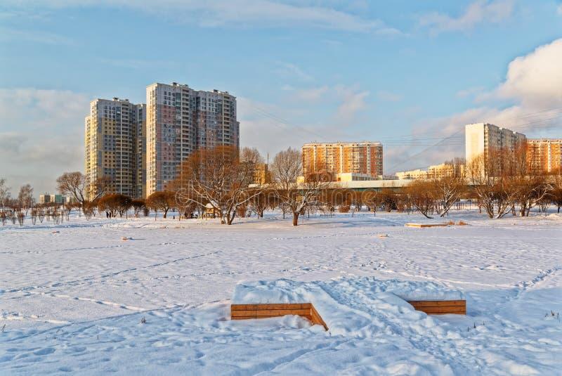 Москва, район Butovo, новое здание, взгляд от окна в территорию около дома, новые дома, здание стоковые фото