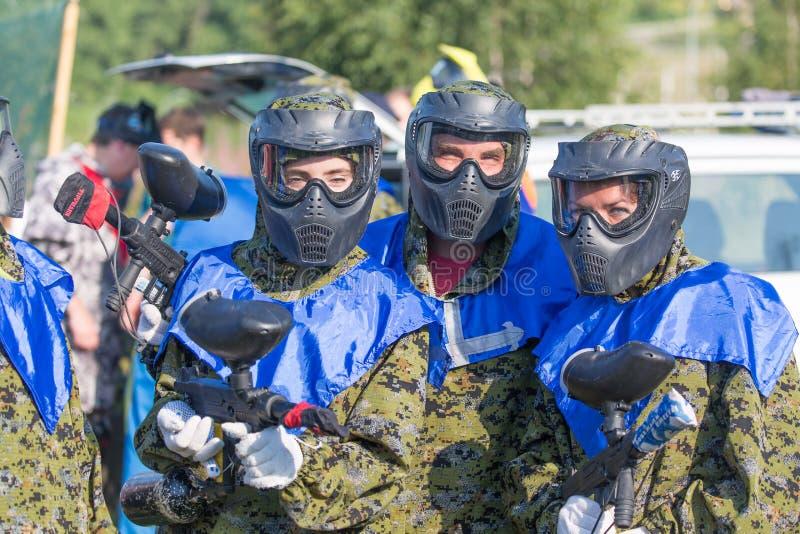 МОСКВА, РОССИЯ - АВГУСТ 2017: Игроки спорта пейнтбола в защитной форме и маске играя и снимая с оружием outdoors стоковые изображения