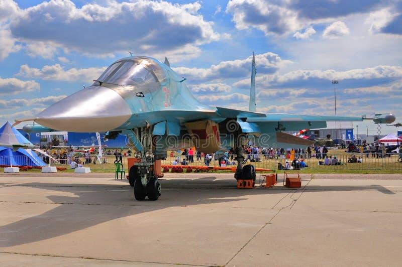 МОСКВА, РОССИЯ - АВГУСТ 2015: настоящий момент защитника бойца Su-34 забастовки стоковые фото