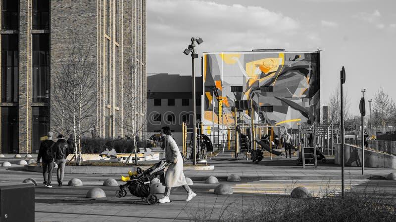 Москва, Россия, апрель 2019 - современный образ жизни и городской ландшафт, двор с автомобилями городского дома стоковая фотография